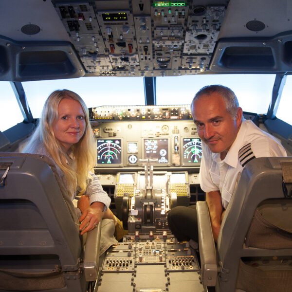 Man and Women 737 800 Simulator