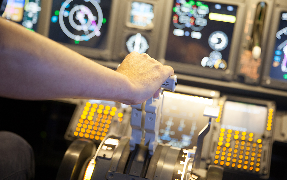 737 800 Simulator hand on lever